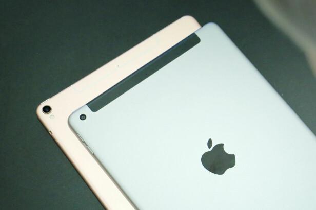 KAMERA-BUL: iPad Pro har det utstikkende kameraet vi kjenner fra iPhone, mens på den vanlige iPad-en går det i ett med baksiden. Her ser vi også at Pro-modellen har mer aliminium ved 4G-antennen, mens iPad har en svart plaststripe. Foto: Ole Petter Baugerød Stokke