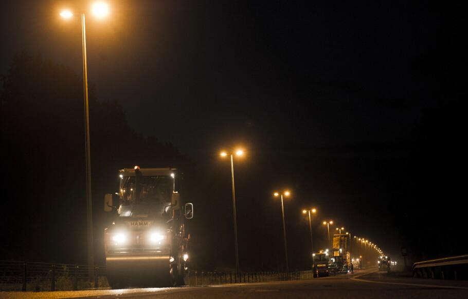 NY ASFALT 2018: Det blir lagt over 3.000 kilometer ny asfalt det kommende året. Mye av arbeidet vil foregå på kvelds- og nattestid. Bildet er fra asfaltering på fylkesgrensa mellom Akershus og Buskerud i 2011. Foto: NTB Scanpix