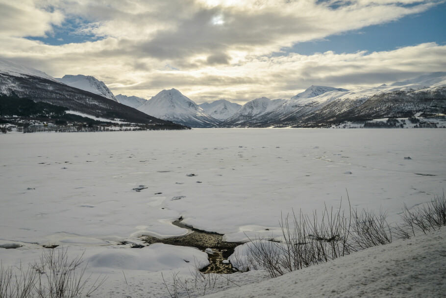FREMDELES MYE BRA OG FARBAR IS: Snøen på isen beskytter mot issmelting fra oversiden, men når snøen begynner å gå, begynner isen å smelte også fra oversiden - i tillegg til fra undersiden. Foto: Shutterstock/NTB scanpix