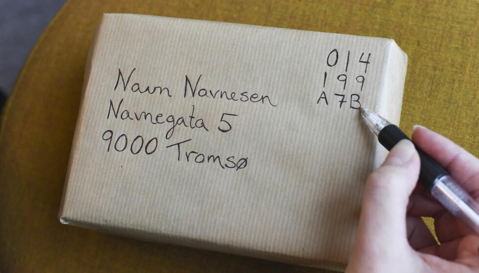 SEND PAKKEN FRA DIN EGEN POSTKASSE: Hos Posten.no kan du bestille og betale for å få pakken hentet og sendt rett fra din egen postkasse. Du skriver på en unik kode - og så henter postbudet pakken på sin ordinære runde. Foto: Posten