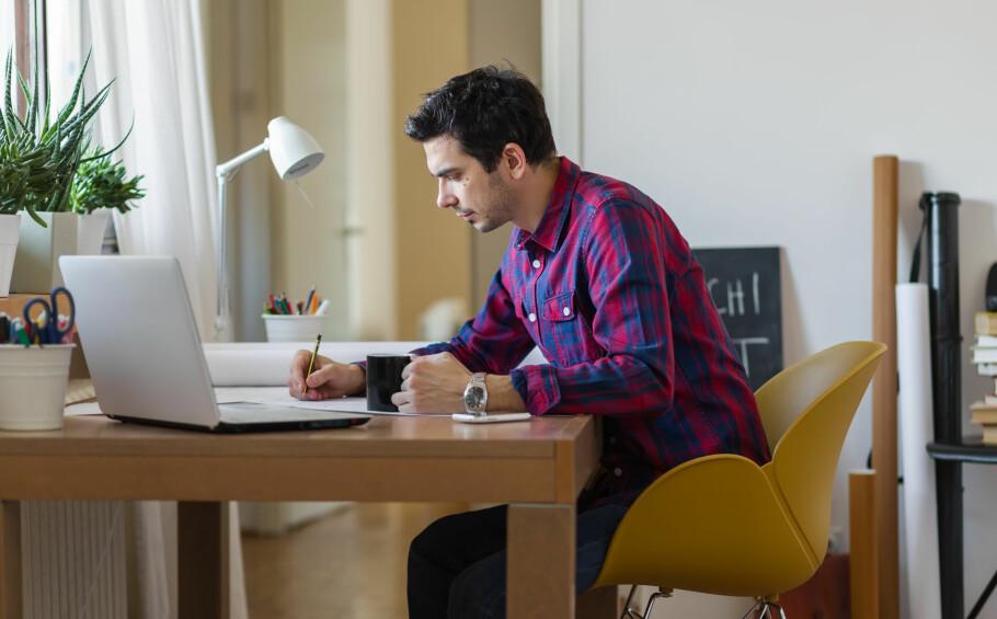 FRADRAG FORHJEMMEKONTOR? Du får kun skattefradrag for hjemmekontor dersom du har et eget rom i boligen som kun brukes til inntektsbringende arbeid. Det teller dermed ikke at du svarer på e-poster ved kjøkkenbordet. Foto: Dejan Dundjerski/Shutterstock/NTB Scanpix.