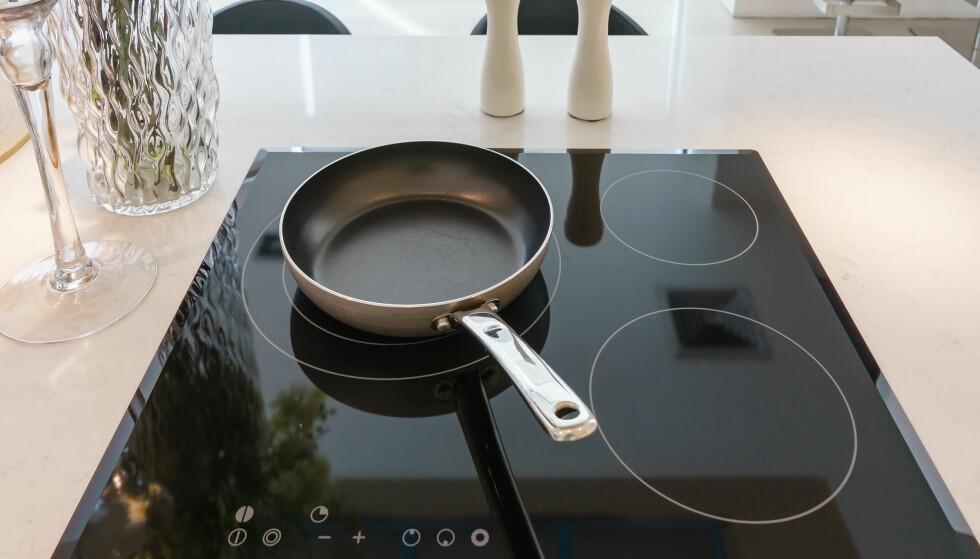 INDUKSJON ELLER KERAMISK? Platetoppene ser nesten helt like ut, men forskjellene er ganske store. Foto: Shutterstock/NTB Scanpix