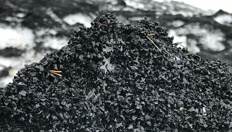 MYE SVINN: Flere tonn med små gummibiter forsvinner fra norske kunstgressbaner hvert år. Foto: Christina Honningsvåg