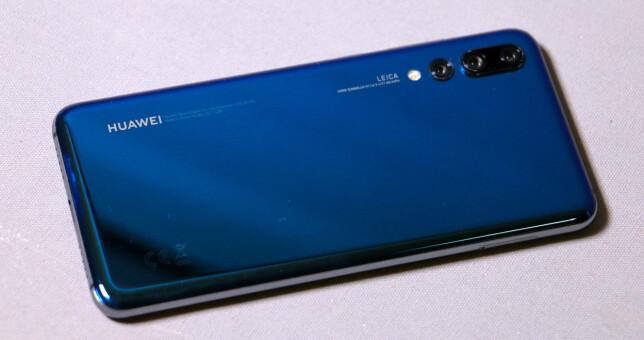PÅ TVERS: Det er sjelden vi ser produsentene trykke logoen denne veien på telefonen – det viser tydelig hvor viktig kameraet er for Huawei på P20 Pro. Foto: Pål Joakim Pollen