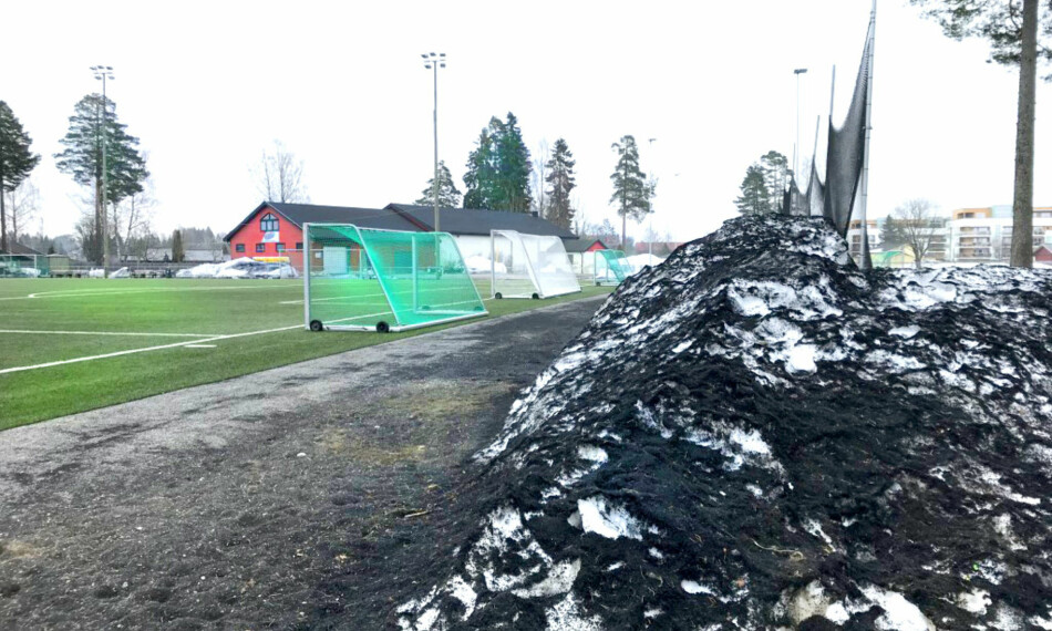 GUMMI OVERALT: Svarte gummikuler på avveie er et vanlig syn rundt landets kunstgressbaner. Foto: Christina Honningsvåg
