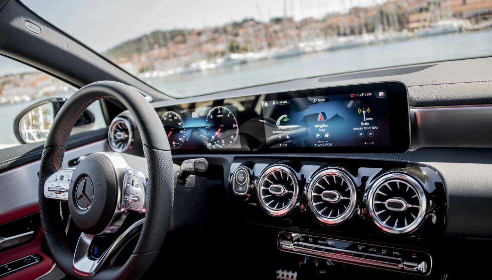LUKSUS: Nå er det full luksus, selv i den aller minste Mercedesen. Det er de yngste førerne som er mest interessert i ny teknologi, derfor har de lastet nye A-klasse full med all ny teknologi. Foto: Mercedes