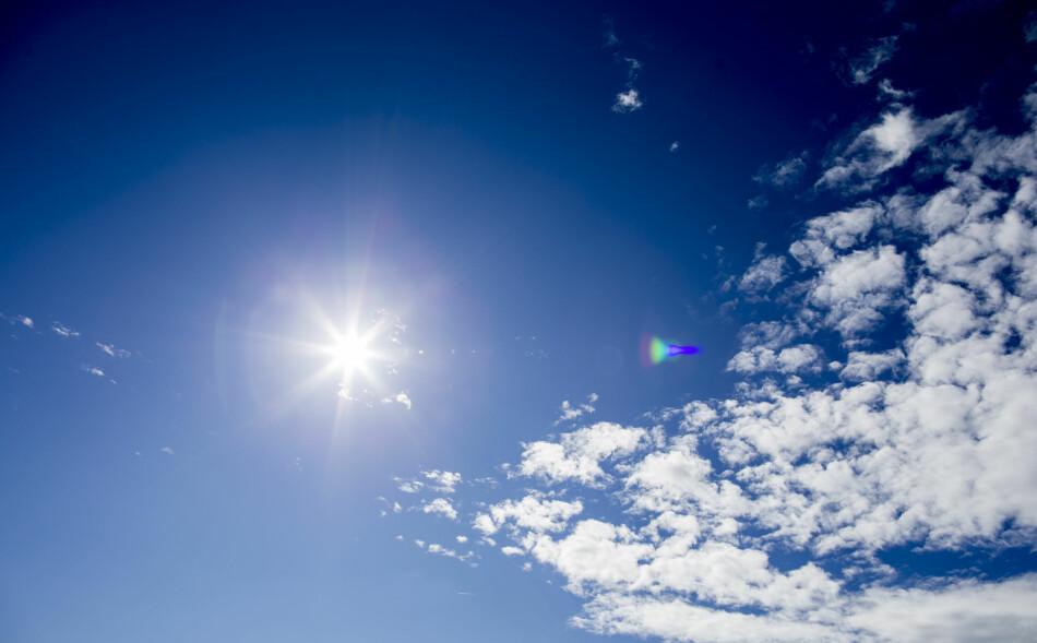 FREM MED SOLKREMEN: Nå advarer meteorologene mot sterk UV-stråling torsdag og fredag. Foto: Vegard Wivestad Grøtt / NTB scanpix