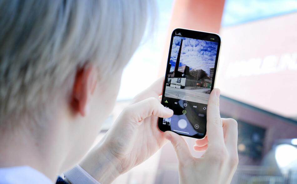 POPULÆRT KAMERA: Stadig flere tar bilder med mobilen, og mobilkameraene blir bare bedre og bedre. Det du trenger nå er en skikkelig god foto-app! Foto: Ole Petter Baugerød Stokke
