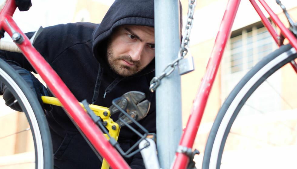 TYVERI: Både dyre tradisjonelle sykler og elsykler er populære hos sykkeltyvene. Selv de mest solide låsene må gi tapt dersom det brukes tungt verktøy. Foto: Tommaso79/Shutterstock/NTB scanpix