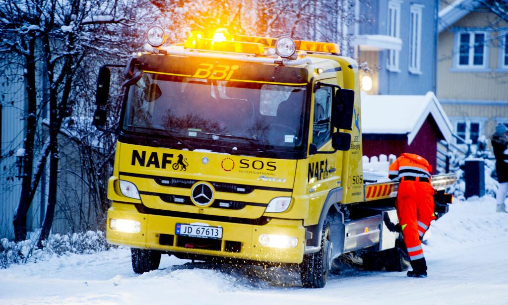 VEIHJELP: Dersom du går tom for strøm eller får motorhavari, dukker NAF-bilen opp. Foto: Jon Olav Nesvold/NTB scanpix