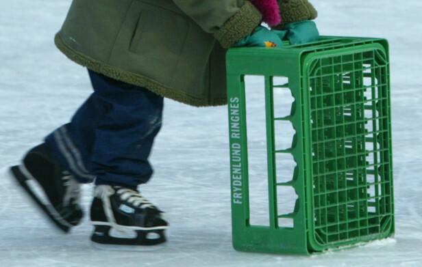 NY BRUK: I dag har gamle ølkasser gjerne fått en ny bruk, for eksempel som støtte på skøytebaner. Foto: Bjørn Sigurdsøn / SCANPIX