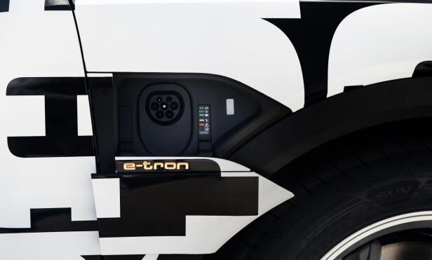 TO SIDER: Audi e-tron kommer med ladeluke på venstre side. Begge sider er tilbehør. Foto: Fred Magne Skillebæk