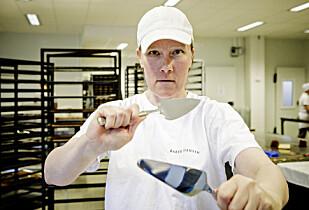 EKSPERTEN: Konditor Wenche Kjelsaas har jobbet hos Baker Hansen hele sitt yrkesaktive liv. Hun har hjulpet Dinside å teste kakespader til 17. maifesten. Foto: Nina Hansen.