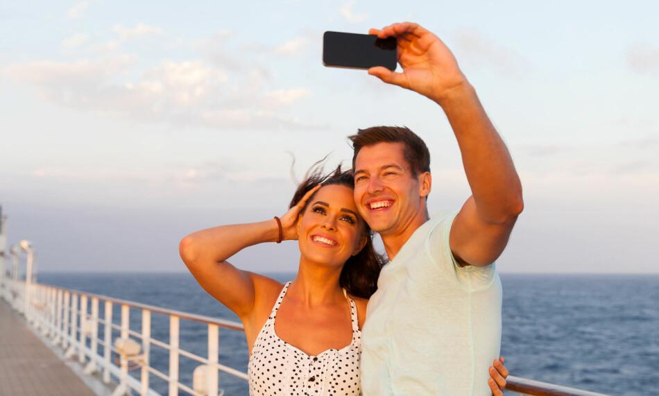 INGENTING Å SMILE AV: Har du planer om å sende selfies fra båtturen til Danmark, bør du tenke deg om både to og tre ganger. Fri roaming gjelder ikke ombord ferjer på det åpne hav, og prisene kan være høye. Foto: Shutterstock / NTB Scanpix