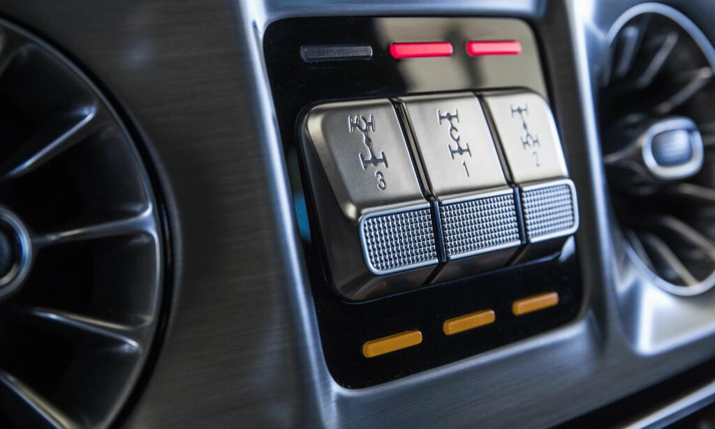 EKTE: Det er disse tre knappene som virkelig gjør G-Klasse unik. Med disse får drift på alle fire hjul dersom du trenger det. Foto: Mercedes-Benz.
