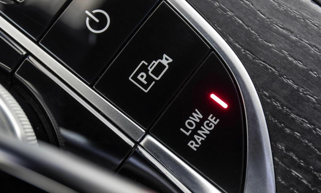 HJELPEMIDLER AV: Det er sjelden man slår av alle hjelpesystemer, men trykker du på lavserie eller senterdiff (må trykkes inn for å aktivere bak og foran) går bilen automatisk i G-Mode. Da slår den av ESP-systemet, endrer styre- og gasspedalrespons. Da blir dette ei klatregeit. Foto: Mercedes-Benz.