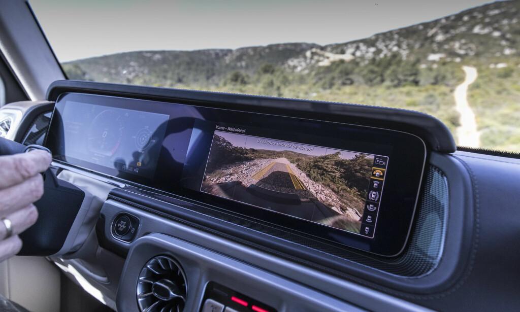 KAMERA: Frontkameraet er faktisk helt genialt når du for eksempel skal over en bakketopp og ikke ser noen ting foran deg. Foto: Mercedes-Benz.