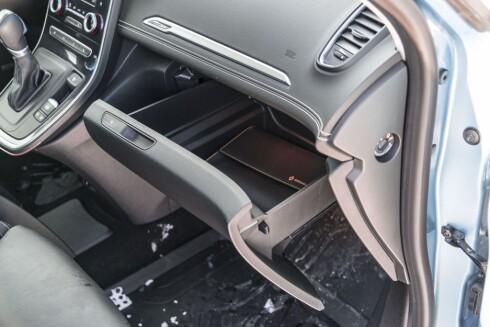 Enormt hanskerom, med plass til mer enn bare kjørebok og refleksvest.  Foto: Jamieson Pothecary