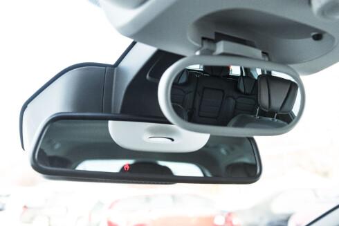 Dobbelt speil. Et til kjøring og ett for å følge med på søskenkrangelen i baksetene. Foto: Jamieson Pothecary