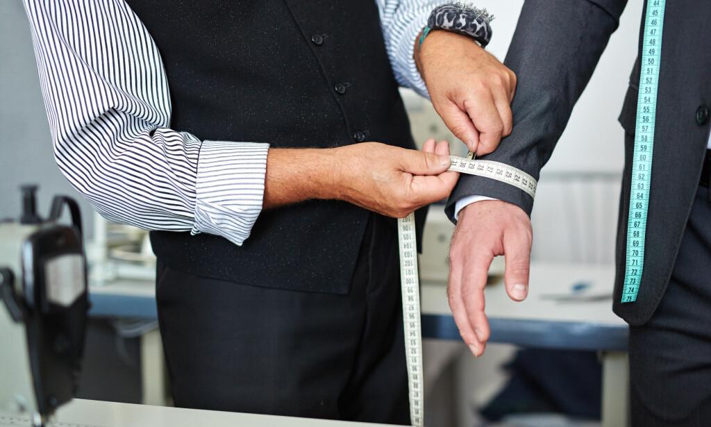 RIKTIG STØRRELSE: Det er like viktig at herrenes dress sitter som den skal som at kvinnene ikke må gå med kjoler som så vidt dekker baken på viktige fester. Foto: Shutterstock/NTB Scanpix.