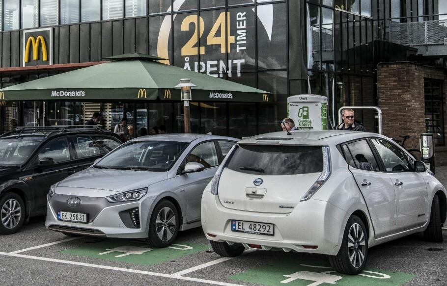 MED VOLDSOM VEKST: Andelen elbiler, som Hyundai Ioniq Electric og Nissan Leaf, har skutt i været de siste årene. Dermed har både total og gjennomsnitlig kjørelengde for elbiler økt betraktelig. Foto: Jamieson Pothecary