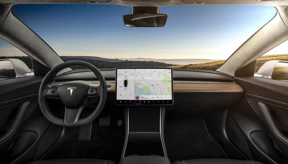 TOPP MODERNE: Tesla gikk foran, med store flotte skjermer i bilene. Her er skjermen i Model 3, med lettfattelig navigasjon. Foto: Tesla