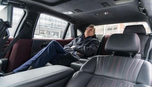 SOV I RO: Adm.dir. Dag Sørsdal i Aller Media koste seg med massasje i Lexus LS 500.