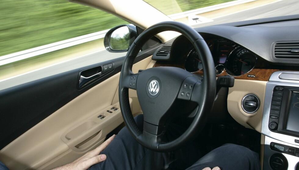 SELVKJØRENDE: Mange moderne biler kan ta hånd om rattet, før de etter noen sekunder varsler om at du må gjøre det selv. Foto: Simon Fox