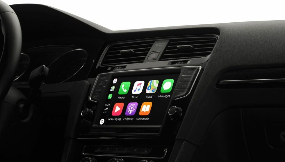 TILKOBLET: Det er kjekt å kunne synkronisere mobiltelefonen med bilens operativsystem.Foto: Apple