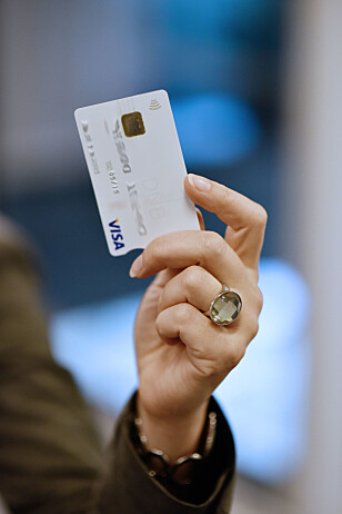 HER ALLEREDE: Kontaktløse kort, med et slikt ikon, bruker den samme NFC-teknologien som Apple Pay bruker, og kanskje Vipps vil bruke. De fleste terminaler har teknologien på plass, men ikke alle har åpnet for bruken, da den har kostet butikkene mer. Foto: DNB