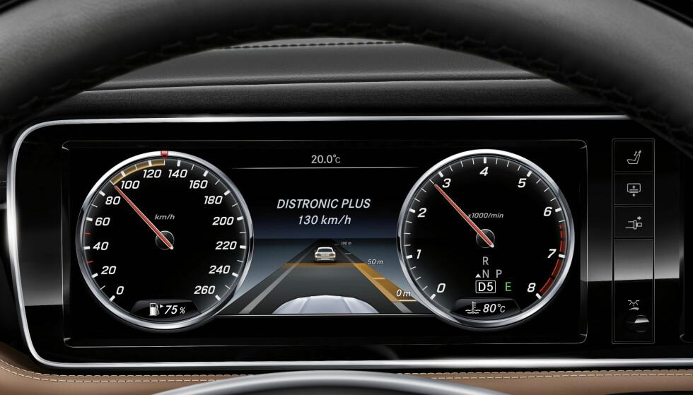 TILPASSSER SEG: Adaptiv cruisekontroll holder farten, men tilpasser seg til trafikken foran. Foto: Daimler