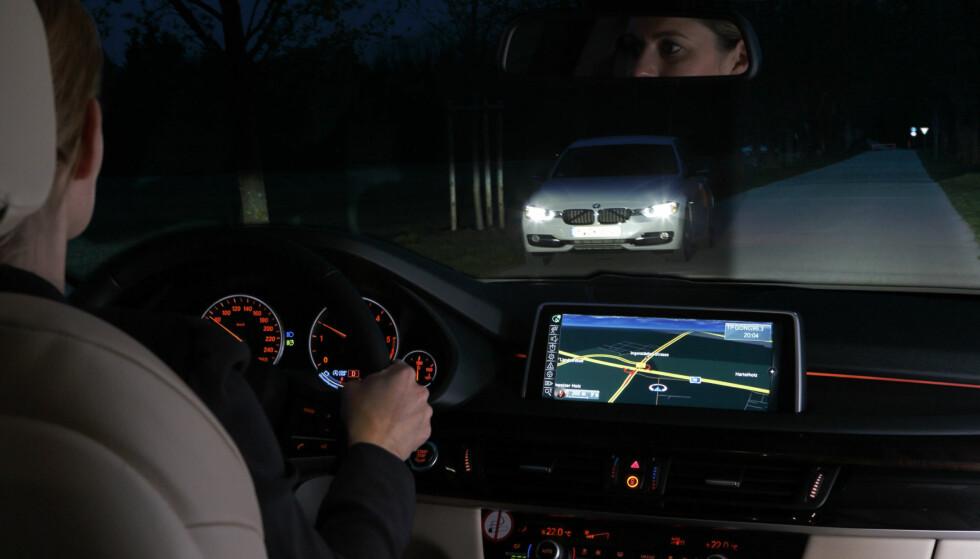 I PRAKSIS: Moderne biler kan blant annet dimme automatisk mellom nær- og fjernlys. Noen merker, som blant annet BMW, kan også møte biler med fjernlysene slått på, men med kun nærlys i synsfeltet til den møtende bilisten. Foto: BMW