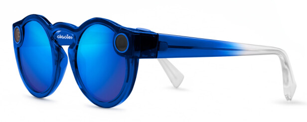 TRYKK FOR Å SNAPPE: For å bruke Spectacles, må du trykke på knappen øverst på venstre side av brillene (når du har de på). Foto: Snap Inc.