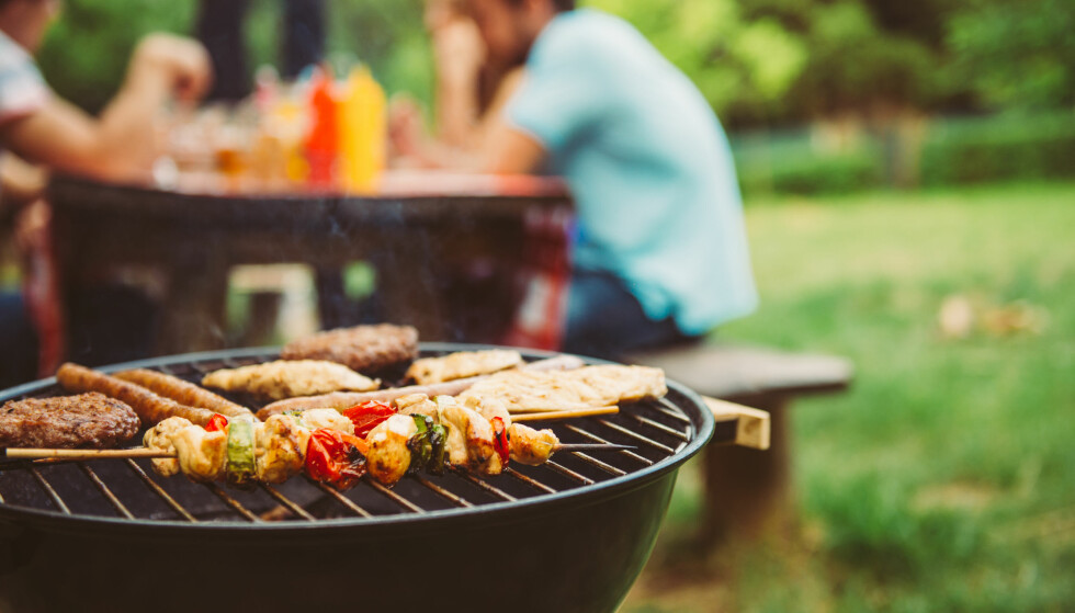 GRILLE I HELGEN? Velger du grillkull eller grillbriketter i grillen? Foto: Shutterbox / NTB Scanpix