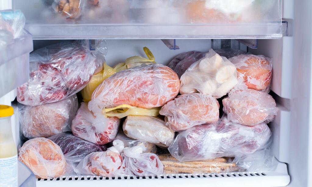 HVOR LENGE HOLDER KJØTT I FRYSEREN? Når man snakker om holdbarhet på fryst kjøtt, er det først og fremst snakk om kvalitet og smak; du blir ikke dårlig av å spise kjøtt som har ligget lengre enn anbefalt i fryseren - men det smaker kanskje ikke like godt ... Foto: Shutterstock/NTB scanpix
