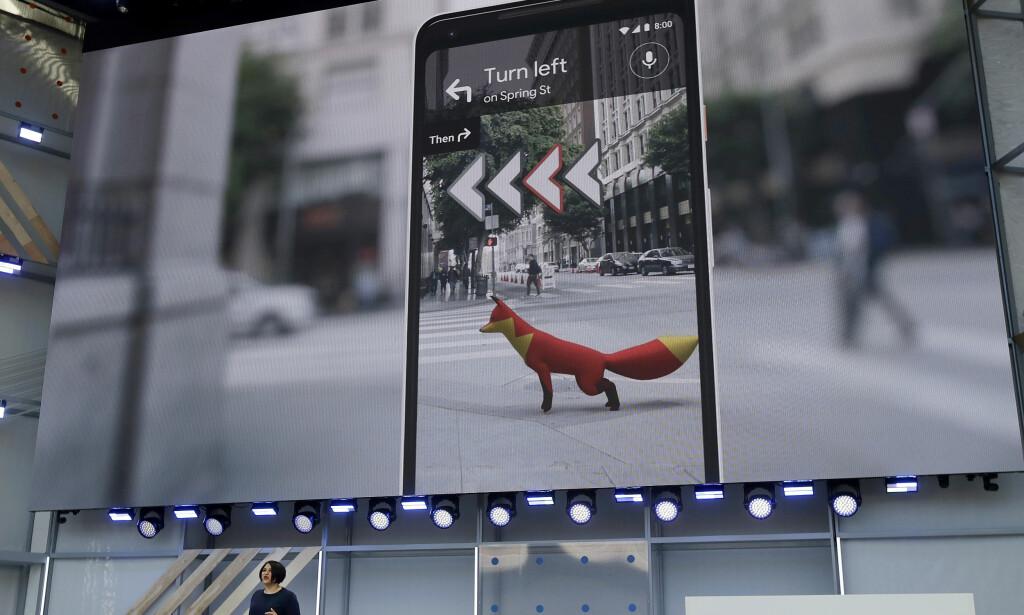 LETTERE Å FINNE FREM: En ny AR-funksjon i Google Maps gjør at du skal kunne bruke kameraet på mobilen for å se hvilken retning du skal gå når du skrur på navigasjon. Foto: NTB Scanpix
