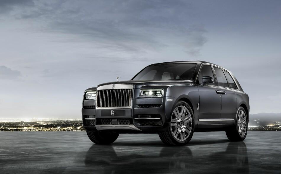 MASSIV: De første assosiasjonene vi fikk da vi fikk se denne massive metallgiganten, var med et Franz Jäger-pengeskap på hjul Dette er Rolls-Royces første SUV, og navnet Cullinan er hentet fra en av de mest berømte kronjuvelene i England. Foto: Rolls-Royce