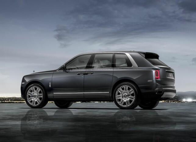 KJEMPE: Med sine 534 centimeter i lengden og 184 centimeter i høyden, overgår Rolls-Royce Cullinan det aller meste av personbiler på og utenfor vei. Foto: Rolls-Royce
