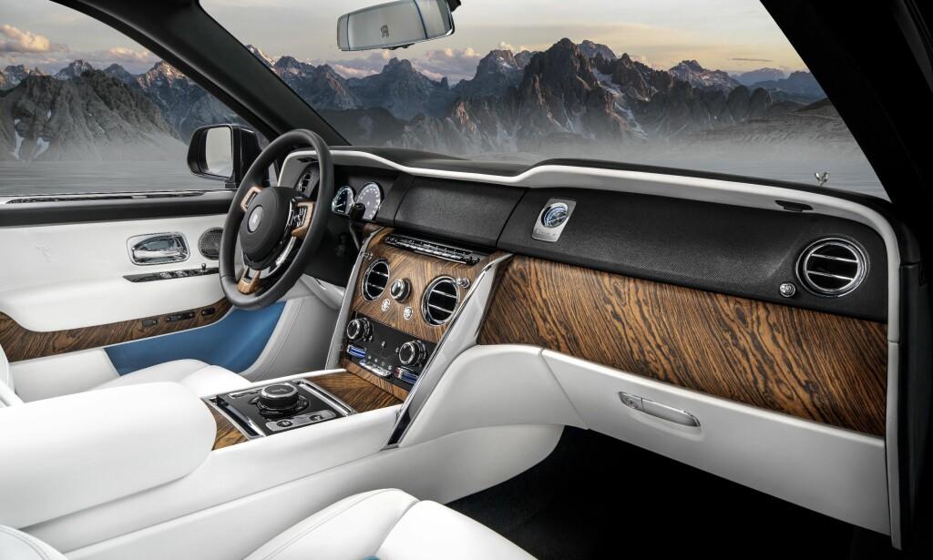 TJA: Dette er de av bildene vi har mottatt som viser den mest luksuriøse varianten av interiøret. Materialkvaliteten er sikkert ekstraordinær, men designen slår oss ikke ut av begeistring. På det nederste bildet er berøringsskjermen skjult av et lokk. Foto: Rolls-Royce
