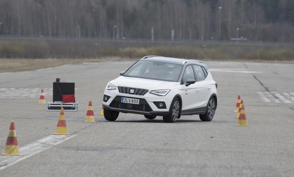 ELGTEST: På både VW Polo, Seat Arona (bildet), og Seat Ibiza, skjer feilen under denne unnamanøvertesten. Foto: Tekniikan Maailma