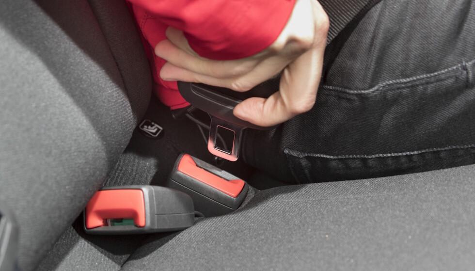 BELTET LØSER UT: På både VW Polo, Seat Arona og Seat Ibiza løser sikkerhetsbeltet bak ut når bilen gjennomfører en unnamanøvertest. Foto: Tekniikan Maailma