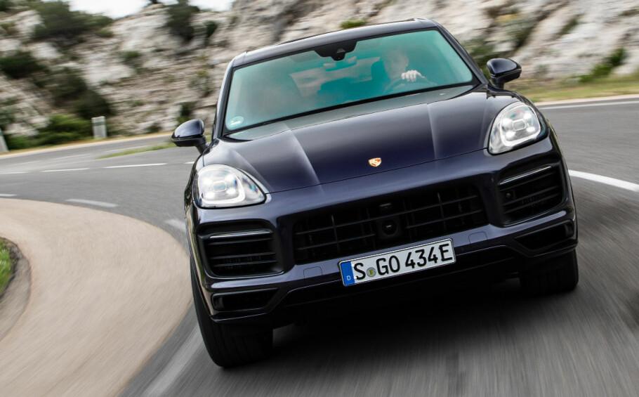 HELDIGE: I Norge er vi i den situasjonen at Cayenne E-Hybrid faktisk er den billigste. Flaks for norske kunder, for de får en raskere, sportsligere og potensielt gjerrigere bil også. Foto: Porsche