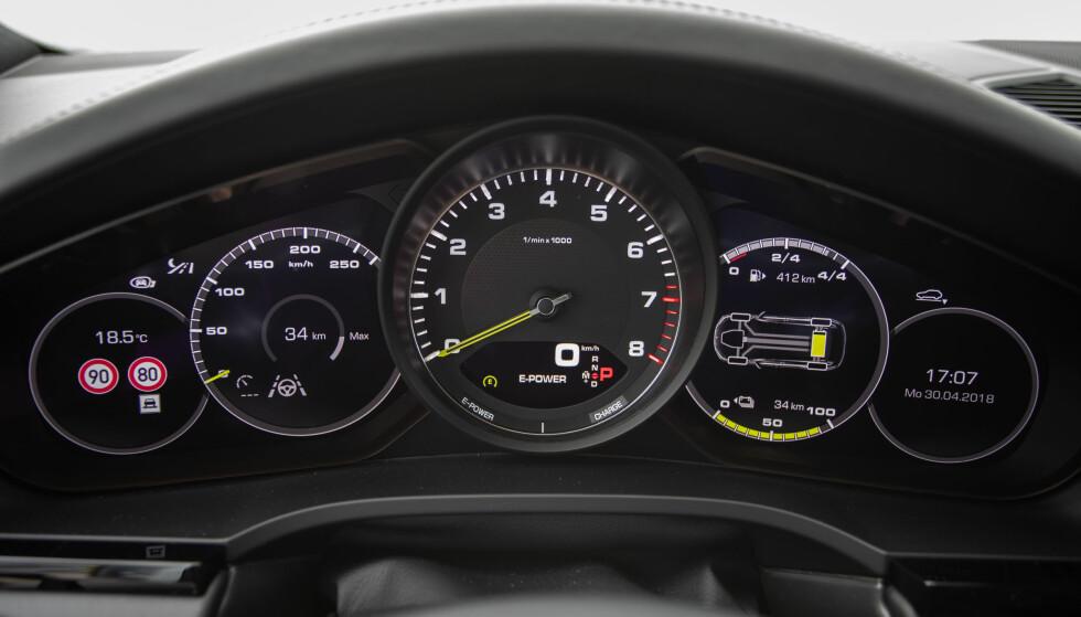 TRADISJON: Turtelleren er fortsatt analog og befinner seg i midten. Det er nesten rart Porsche ikke har differensiert gradering på det digitale speedometeret, for med gradering på 50, blir den lite brukt. Man bruker den digitale visningen i turtelleren. Skjermen til hver side for turtelleren har en rekke visninger. Foto: Rune M. Nesheim