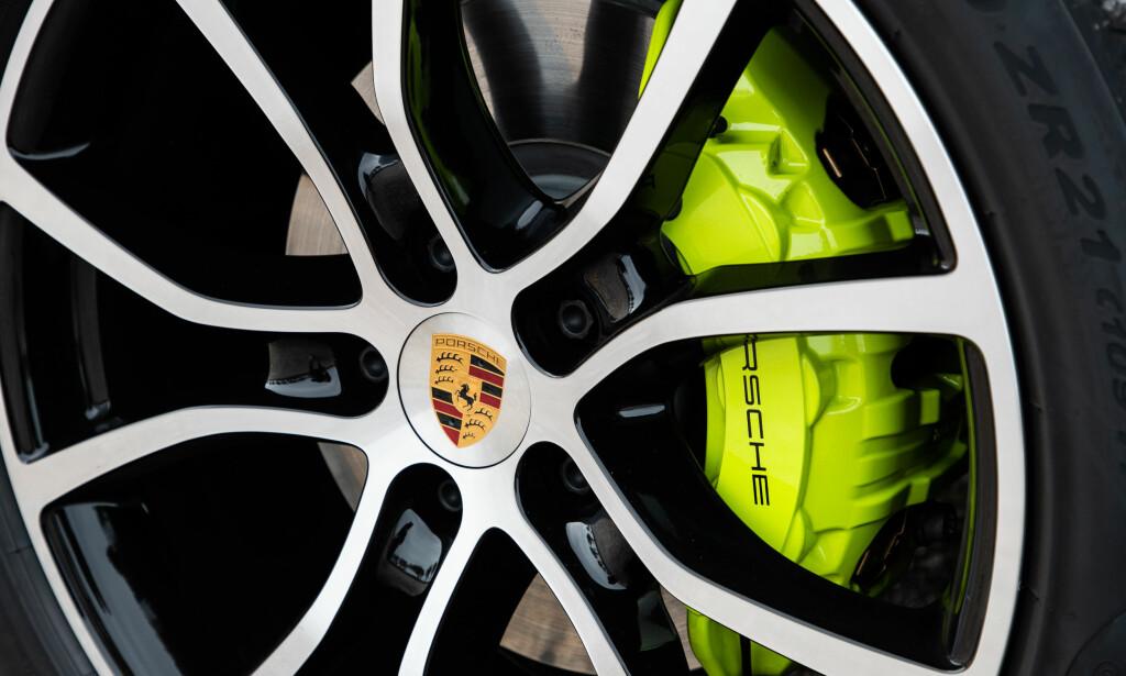 ACID GREEN: Det er udelte meninger om denne fargen på logoger, bremser og detaljer, men meningen er at den drøye gulgrønne fargen snarere skal illustrere power enn miljø. Foto: Porsche