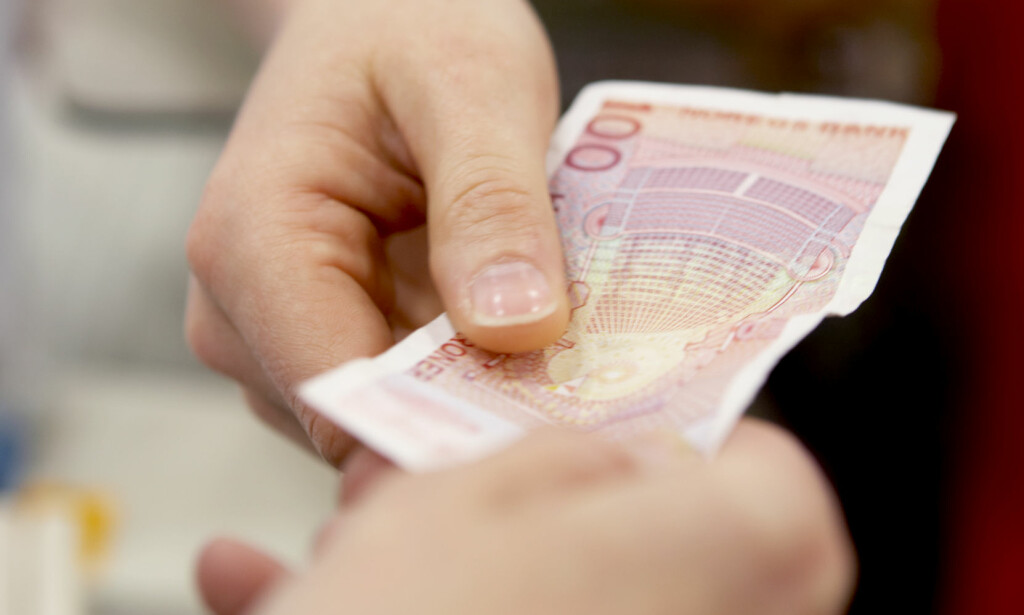 DE GAMLE 100- OG 200-LAPPENE BLIR UGYLDIGE: 30. mai er siste frist for å bruke de gamle 100- og 200-lappene i butikken. Da blir de ugyldige, og du får ikke betalt med dem. Men du kan fremdeles veksle dem inn hos Norges Bank. Foto: Berit Roald / NTB scanpix
