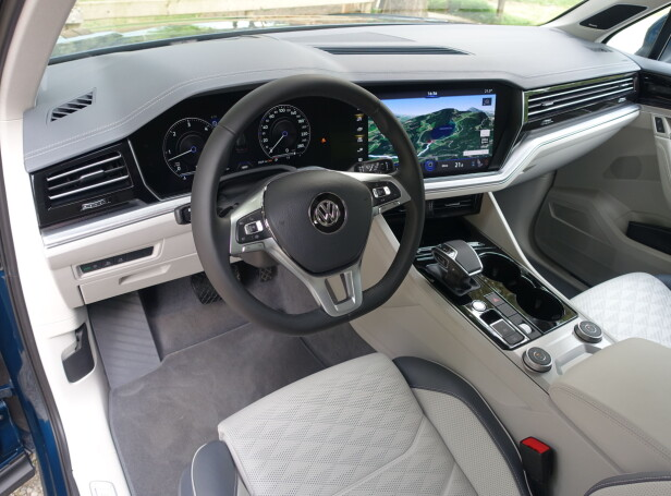 MER SPENNENDE: Med unntak at det i overkant trauste rattet, synes vi Volkswagen virkelig har fått dreisen på førermiljøet i nye Touareg.