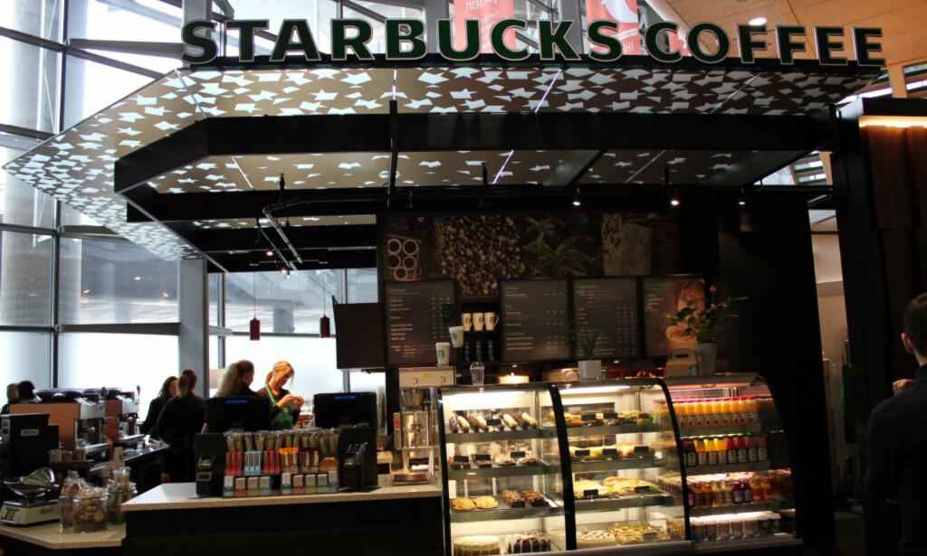 ÅPNER SENERE: : Morgentrøtte flypassasjerer med behov for en rask kaffe må vente til kl. 12 på nasjonaldagen.Foto: Silje Ulveseth