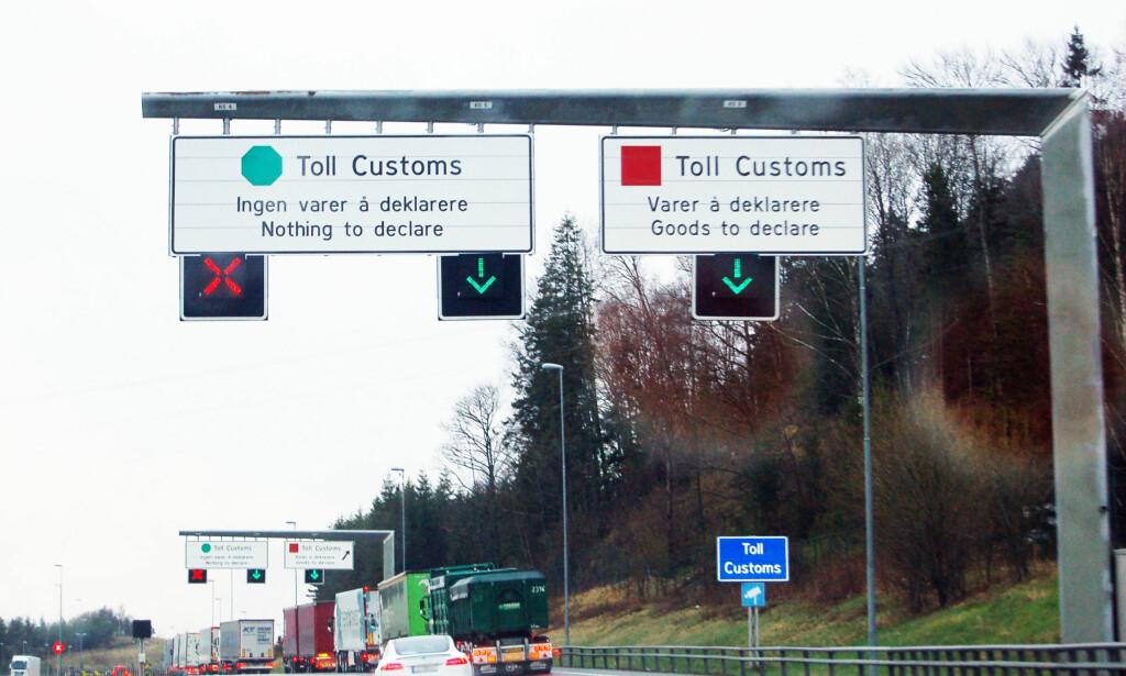RØD SONE: Man skal alltid kjøre på rød sone i tollen når man krysser en landegrense, sier Tollvesenet.