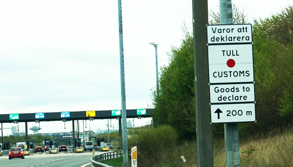 KONTROLL: Pass på å ha papirer og pass i orden når du passerer grensa. Foto: Christina Honningsvåg