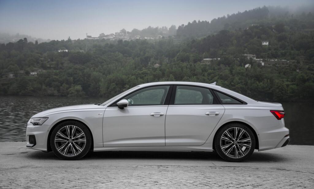 MER LIK A8: Langstrukken og med mer coupéfasong bakover gir den nye A6 et klassisk, men samtidig ganske dynamisk inntrykk. Foto: Klaus Stark